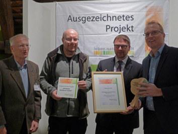 Jochen Ott, Frank küchenhoff und Peter Müllejans nehmen die auszeichnung von Thomas Muchow entgegen.