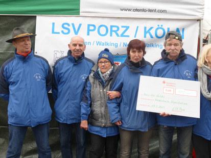 Das Team des Laufsportvereins Porz e.V. bei der scheckübergabe